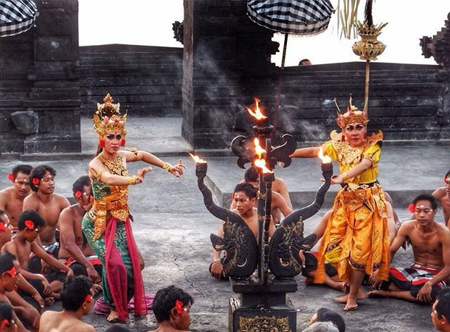 kecak sunset uluwatu temple